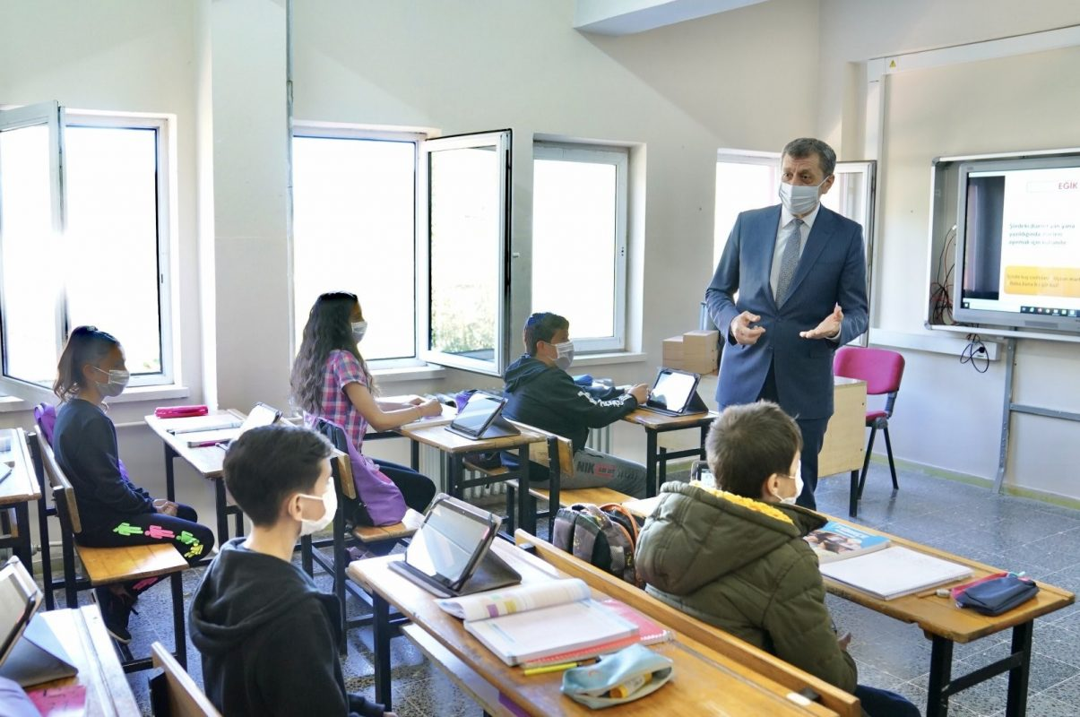 Bộ trưởng Bộ Giáo dục Thổ Nhĩ Kỳ Ziya Selcuk nói chuyện với học sinh tại một trường học ở Giresun, miền Bắc Thổ Nhĩ Kỳ, 23/10 theo AA.