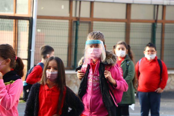 Học sinh xếp hàng dài chờ vào trường ở Tekirdag, Thổ Nhĩ Kỳ, 12/10 theo AA.
