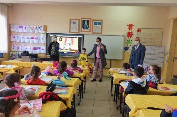 Học sinh vùng thiên tai Thổ Nhĩ Kỳ